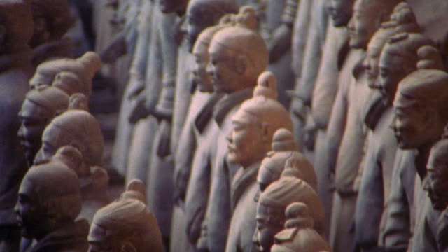 high angle tilt down rows of terra cotta warrior statues facing the same direction / xi'an, china - heer stock-videos und b-roll-filmmaterial