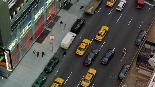 vídeos y material grabado en eventos de stock de high angle tilt up traffic at intersection in times square / midtown manhattan, new york city - times square manhattan