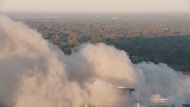 "vidéos et rushes de high angle tilt up view of smoke from implosion of georgia dome stadium ""georgia world congress center"" on november 20, 2017, in downtown atlanta, georgia. - imploding"