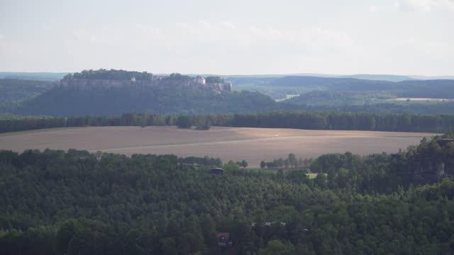 vidéos et rushes de vue d'inclinaison à angle élevé de basteiaussicht, beau point de vue sur le sommet de la montagne, y compris la ruine du château de sommet de roche, château de neurathen pour voir lilienstein, site d'un château bohème et des montagnes de table � - table top view