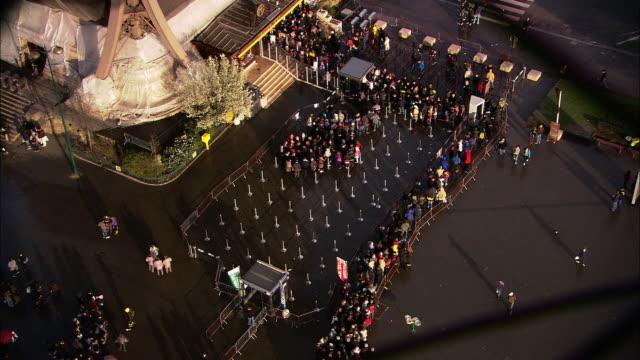 vídeos y material grabado en eventos de stock de high angle tilt-down - tourists queue at a visitor center below the eiffel tower in paris, france. / paris, france - torre eiffel
