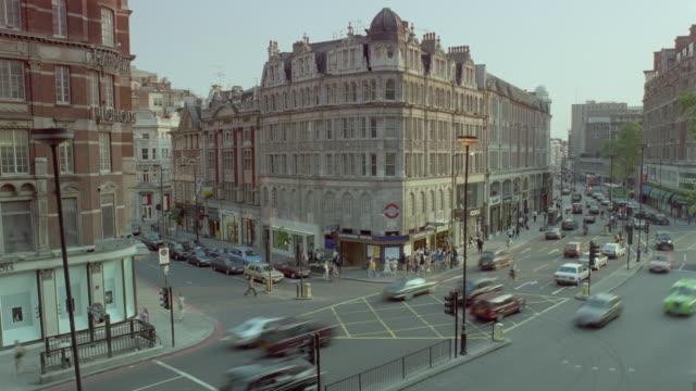 high angle time lapse car traffic / knightsbridge  / london, england - kensington und chelsea stock-videos und b-roll-filmmaterial