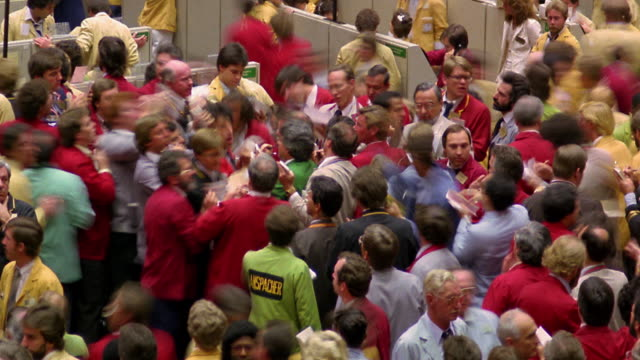 high angle time lapse crowd of busy stockbrokers on trading floor of chicago mercantile exchange / chicago - börsenhändler stock-videos und b-roll-filmmaterial