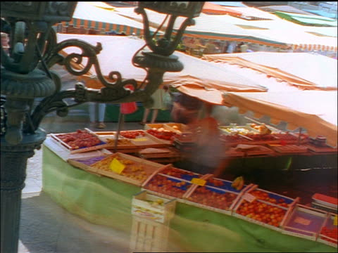 high angle time lapse people shopping at fruit stand in crowded outdoor market / wiesbaden, germany - wiesbaden stock-videos und b-roll-filmmaterial
