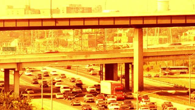 vídeos de stock e filmes b-roll de yellow high angle time lapse rush hour traffic on highway + overpass / dallas, texas, usa - super exposto