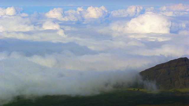 vídeos de stock e filmes b-roll de high angle time lapse sea of clouds over mountains / hawaii - 1985