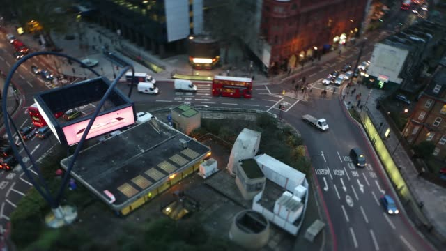 vídeos y material grabado en eventos de stock de high angle time lapse sequence filmed with a tilt shift lens shows traffic passing around the old street roundabout also known as silicon roundabout... - tilt shift