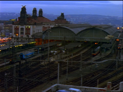 stockvideo's en b-roll-footage met high angle time lapse trains entering central train station at dusk / prague, czech republic - tsjechië