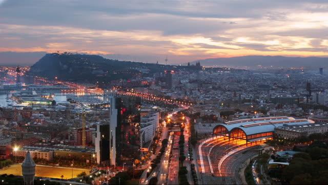 vídeos de stock e filmes b-roll de high angle time lapse wide shot barceloneta and port vell from dusk to night/ barcelona - porto de barcelona