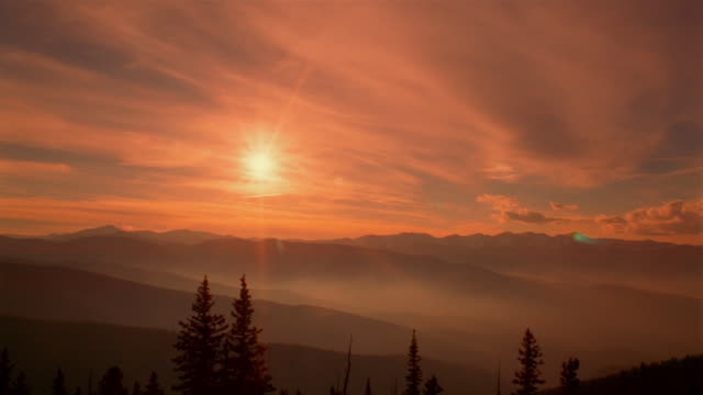 vidéos et rushes de high angle time lapse wide shot foggy sunset on rockies/ denver, colorado - colorado