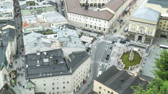 高角tl:ゲトライデガセ通りと地方道路の旅行者の群衆、ザルツブルク、オーストリア - 歩行者専用地域点の映像素材/bロール