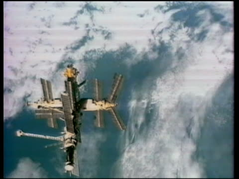 1997 high angle tracking shot space station mir orbiting earth - mir space station stock-videos und b-roll-filmmaterial