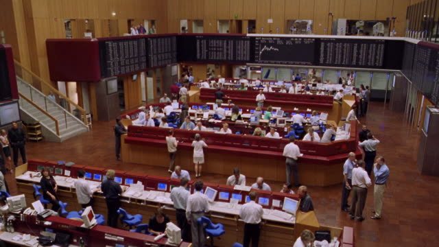 stockvideo's en b-roll-footage met high angle pan traders on frankfurt stock exchange trading floor / frankfurt, germany - digital signage