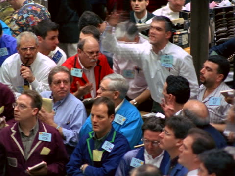 high angle traders shouting + making hand signals on exchange floor / coffee, sugar + cocoa exchange, nyc - börsenhändler stock-videos und b-roll-filmmaterial