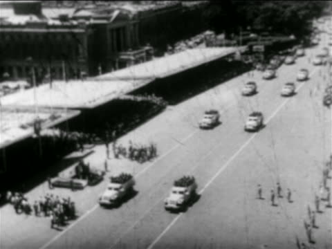 stockvideo's en b-roll-footage met b/w 1956 high angle trucks carrying soldiers in parade on city street / egypt / suez crisis / newsreel - suezcrisis