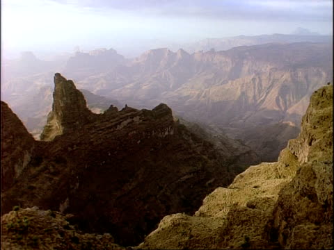 vídeos de stock e filmes b-roll de wa high angle view across simian mountain range, hazy horizon, ethiopia, africa - distante