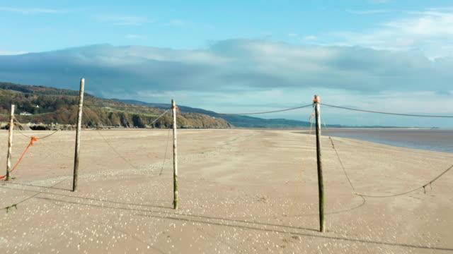 vídeos y material grabado en eventos de stock de vista de alto ángulo de una playa desierta en marea baja en el suroeste de escocia - brightly lit