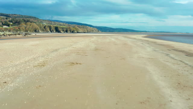 スコットランド南西部の干潮時の無人ビーチの高角図 - brightly lit点の映像素材/bロール