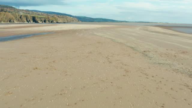 vidéos et rushes de vue d'angle élevé d'une plage déserte à marée basse dans le sud-ouest de l'ecosse - travelling sur chariot