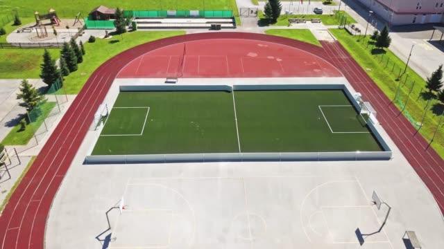 vídeos de stock e filmes b-roll de high angle view of a football field at sports stadium - campo desportivo