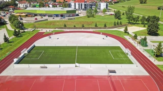 スポーツスタジアムでのサッカーのピッチの高い角度のビュー - 球技場点の映像素材/bロール