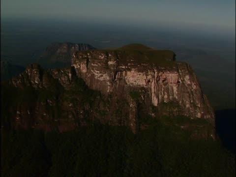 vídeos y material grabado en eventos de stock de high angle view of a rock formation - punto de referencia natural