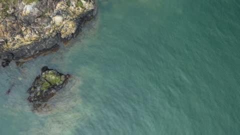 夏の日にスコットランドのビーチで海岸線の岩の部分の高角度のビュー - 干潮点の映像素材/bロール