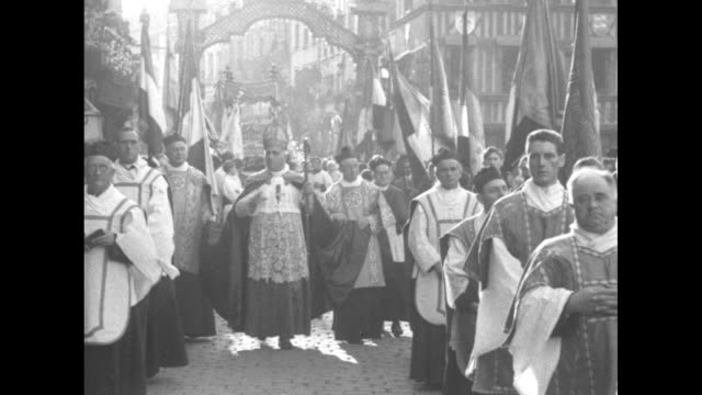 vídeos y material grabado en eventos de stock de high angle view of a solemn religious procession led by cardinal dennis joseph dougherty with acolytes pulling a palanquin / dougherty blesses people... - catolicismo