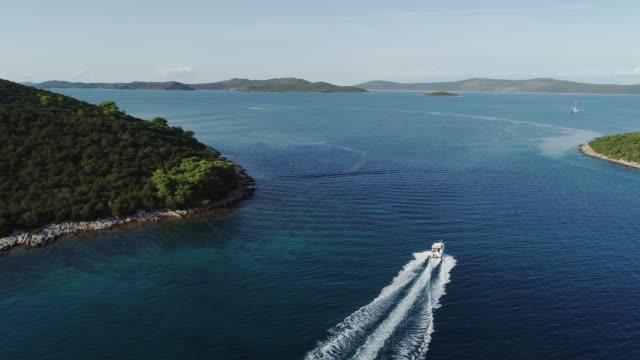 hochwinkelansicht eines schnellbootes im mittelmeer - segelsport stock-videos und b-roll-filmmaterial