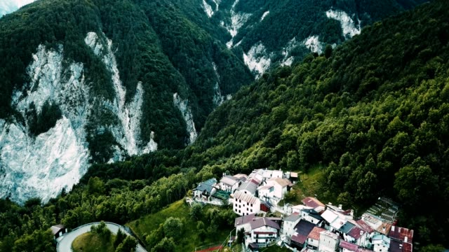 vídeos de stock, filmes e b-roll de vista de alto ângulo, de uma aldeia italiana na montanha dos alpes - umbria