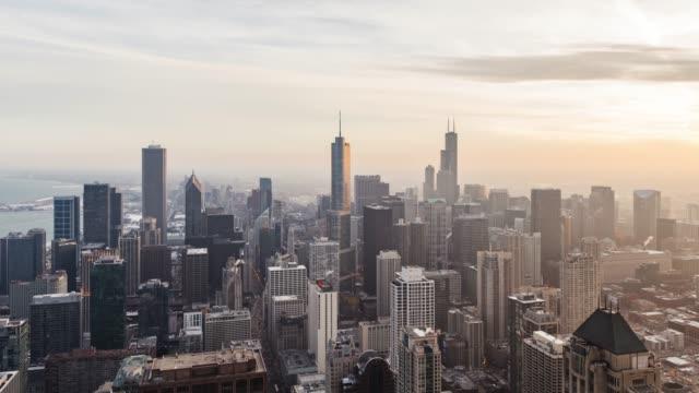 夕暮れ時シカゴのスカイラインの t/l td 高角度のビュー - トリビューンタワー点の映像素材/bロール