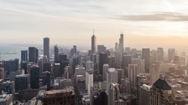 夕暮れ時シカゴのスカイラインの t/l 高角度のビュー - トリビューンタワー点の映像素材/bロール