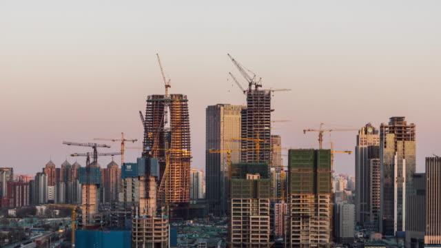 T/L ハ日没で建設現場の高角度のビュー/北京、中国