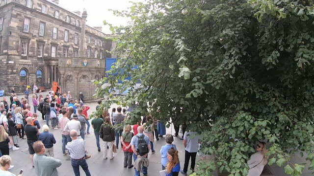high angle view of crowds watching the edinburgh fringe at the royal mile - shape stock videos & royalty-free footage