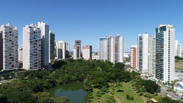 vídeos de stock, filmes e b-roll de opinião de ângulo elevado de goiânia (go), mostrando o parque flamboyant - distrito residencial