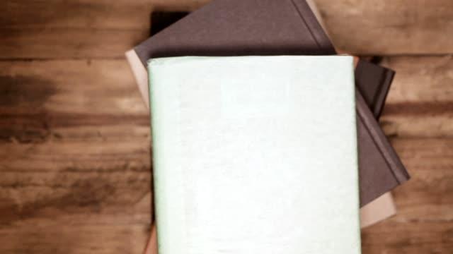 vídeos de stock, filmes e b-roll de vista de alto ângulo de livros de capa dura.  biblioteca ou escola. - stack