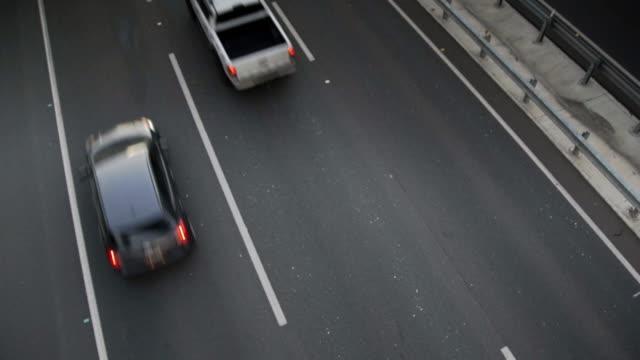 vogelperspektive blick auf autobahn-verkehr - 4k - straßenüberführung stock-videos und b-roll-filmmaterial