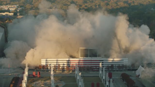 "vidéos et rushes de high angle view of implosion of georgia dome stadium ""georgia world congress center"" on november 20, 2017, in downtown atlanta, georgia. - imploding"