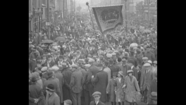 ls high angle view of large crowd of prouk northern irish protestant unionists and orangemen demonstrate against irish nationalism on the twelfth... - northern ireland stock videos & royalty-free footage