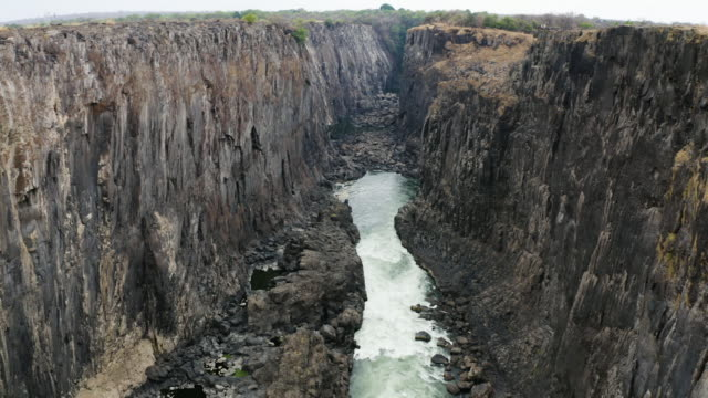 vidéos et rushes de high angle view of low water levels in victoria falls after a long drought - site classé au patrimoine mondial de l'unesco