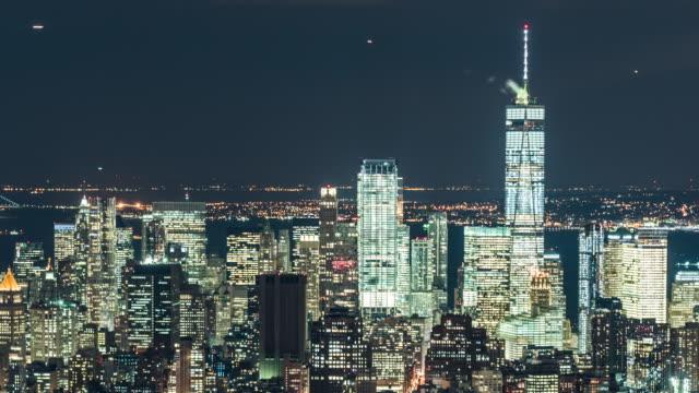 t/l pan hög vinkel utsikt över manhattan skyline på natten - fönsterrad bildbanksvideor och videomaterial från bakom kulisserna