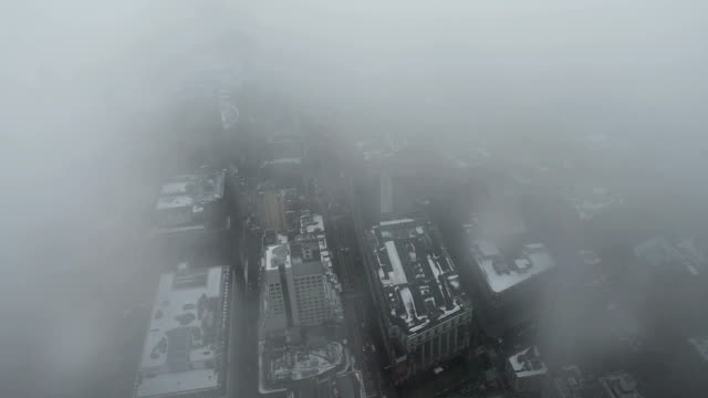 vídeos de stock e filmes b-roll de high angle view of midtown manhattan in foggy day in new york city (real time video) - nevoeiro
