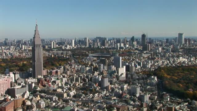 high angle view of national stadium and surrounding skyscrapers / tokyo - オリンピックスタジアム点の映像素材/bロール