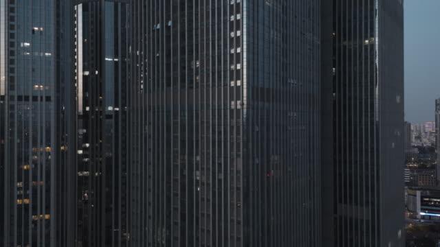 hochwinkelansicht des bürogebäudes - office block exterior stock-videos und b-roll-filmmaterial