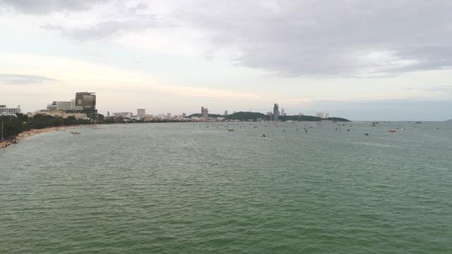 vídeos de stock e filmes b-roll de high angle view of pattaya bay, the famous seaside town in chonburi province - barco a motor embarcação de lazer