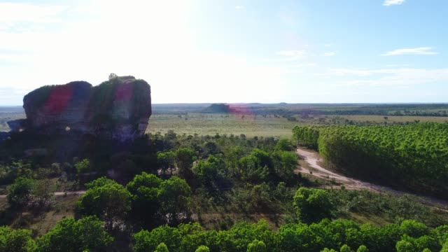 vídeos de stock, filmes e b-roll de opinião de ângulo elevado o monte de pedra furada no parque de estado de jalapão, tocantins - cordilheira