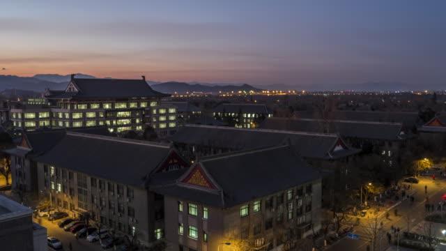 T/L WS HA ZO High Angle View van de Universiteit van Peking, zonsondergang om de overgang van de nacht / Beijing, China