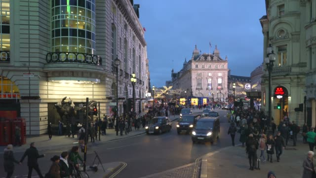 vídeos de stock, filmes e b-roll de a high angle view of piccadilly circus,  london at dusk. - picadilly