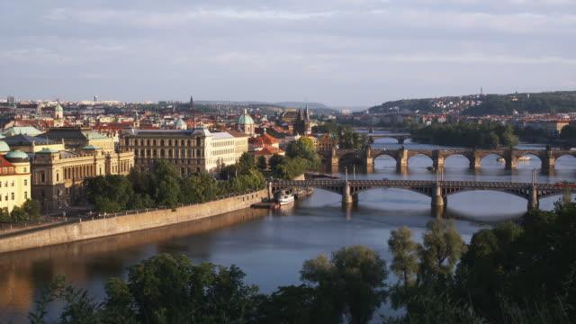 vídeos de stock, filmes e b-roll de high angle view of prague - ponte carlos