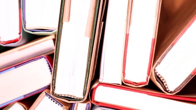 Erhöhte Ansicht revolvierender gebundene Bücher.  Bibliothek oder in der Schule.